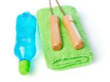 Веревочка бутылки с водой, полотенца и скачки Стоковая Фотография