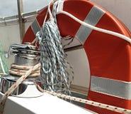 Веревочка ворота ШЕСТЕРНИ ШЛЮПКИ и lifebuoy Стоковое фото RF