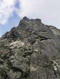Веревочка готова для спуска вдоль недостатка, после завершать взбираться в горах стоковые фото