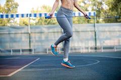 Веревочка женщины скача на стадионе стоковые изображения rf