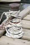 Веревочка завязанная вокруг пала корабля Стоковая Фотография RF