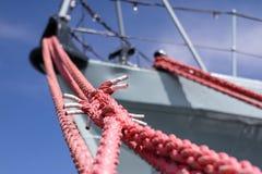 Веревочка зачаливания корабля на причале порта Пал гавани для большого na Стоковая Фотография