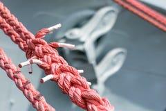 Веревочка зачаливания корабля на причале порта Пал гавани для большого na Стоковые Изображения