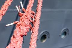 Веревочка зачаливания корабля на причале порта Пал гавани для большого na Стоковые Фото