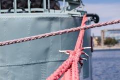Веревочка зачаливания корабля на причале порта Пал гавани для большого na Стоковое Фото