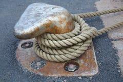 Веревочка зачаливания связанная на bitts Стоковая Фотография RF
