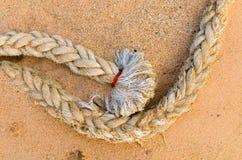 Веревочка зачаливания на песке Стоковые Изображения RF