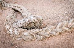 Веревочка зачаливания на песке Стоковое Изображение RF