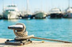 Веревочка зачаливания на предпосылке морской воды Стоковое Изображение RF