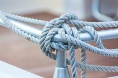Веревочка зачаливания связанная вокруг стального анкера Стоковое фото RF
