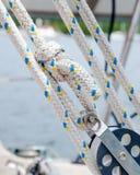 Веревочка, линии или листы на паруснике - путешественник, блок и Tackl Стоковая Фотография RF