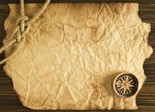 Веревочка и компас на старой бумаге Стоковая Фотография