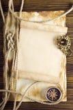 Веревочка и компас на старой бумаге Стоковые Изображения