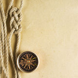 Веревочка и компас на старой бумаге Стоковое фото RF