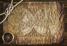 Веревочка и компас на старой бумаге Стоковые Изображения RF
