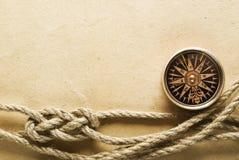 Веревочка и компас на старой бумаге Стоковые Фотографии RF