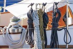 Веревочка и шкив на паруснике Стоковые Фотографии RF