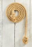 Веревочка корабля на древесине стоковая фотография rf