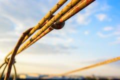 Веревочка крупного плана протягиванная и связанная промышленная заплетенная Стоковое Изображение