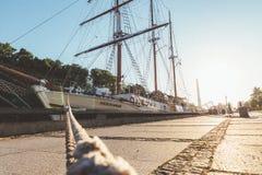 Веревочка к причаленному кораблю на свете восхода солнца стоковые изображения rf