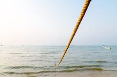 Веревочка Манилы на пляже Стоковое Изображение