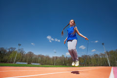 Веревочка маленькой девочки прыгая снаружи Стоковое Изображение
