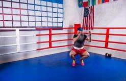 Веревочка мужского боксера прыгая в регулярн боксерском ринге Стоковые Фотографии RF