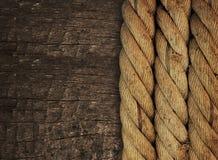 Веревочка на древесине стоковое изображение rf