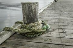 Веревочка на старой пристани Стоковые Изображения