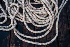 Веревочка нейлона на деревянной палубе Стоковая Фотография