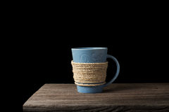 Веревочка обернутая вокруг кофейной чашки на деревянном столе Стоковые Изображения RF