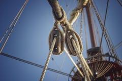 Веревочка парусника с небом предпосылки стоковое изображение rf
