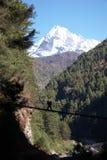 веревочка портера Гималаев Непала скрещивания моста Стоковая Фотография