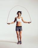 Веревочка подходящей молодой женщины прыгая стоковые фото