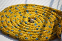 Веревочка причаливая желтый цвет на палубе Стоковые Изображения RF