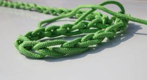 Веревочка причаливая зеленый цвет на палубе Стоковые Фото