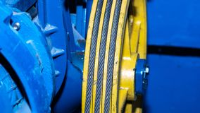 Веревочка провода в пазе sheave для поднимаясь оборудования стоковые изображения rf