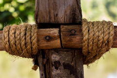 Веревочка прыгнутая к деревянным полякам стоковая фотография rf