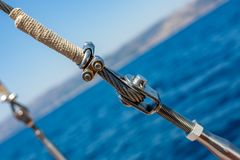 Веревочка раскосного корабля металлическая с гайками - и - болты Стоковые Фото