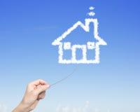 Веревочка руки женщины вытягивая соединилась с облаками формы дома Стоковые Фотографии RF