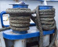 Веревочка связанная к биту корабля Стоковое фото RF