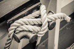 Веревочка связанная к паруснику пала Стоковые Фотографии RF
