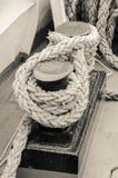 Веревочка связанная к паруснику пала Стоковое Фото