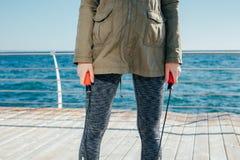 Веревочка скачки в женщине вручает крупный план Стоковая Фотография