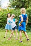 Веревочка скачки игры девушек китайская в саде Стоковое Изображение