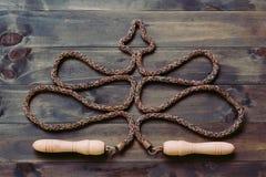 Веревочка скачки или прыгая веревочка в форме рождественской елки на wh Стоковое Изображение RF