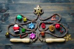 Веревочка скачки или прыгая веревочка в форме рождественской елки на wh стоковая фотография rf