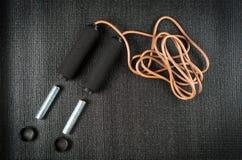 Веревочка скачки с весами на циновке йоги Стоковая Фотография