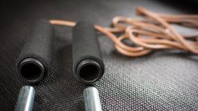 Веревочка скачки с весами на циновке йоги Стоковое Изображение