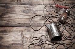 Веревочка, специи и утвари металла на старых деревянных, который сгорели таблице или bo Стоковые Фото